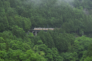 山里の電車の写真素材 [FYI04273949]