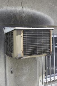 旧型のクーラーの室外機の写真素材 [FYI04274073]