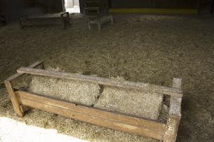 六甲牧場の牛舎と干し草の写真素材 [FYI04274087]