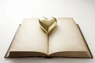 金のハートとアンティークの本の写真素材 [FYI04274281]