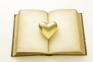 金のハートとアンティークの本の写真素材 [FYI04274287]