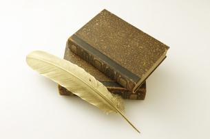 金の羽とアンティークの本の写真素材 [FYI04274289]