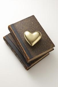 金のハートとアンティークの本の写真素材 [FYI04274291]