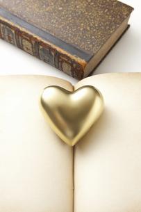 金のハートとアンティークの本の写真素材 [FYI04274293]