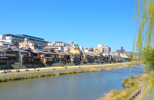 京都 鴨川と町並みの写真素材 [FYI04274312]