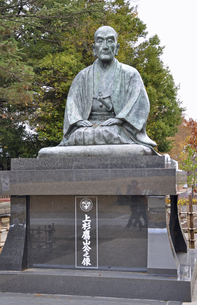 晩秋の米沢・上杉鷹山公の像の写真素材 [FYI04275166]