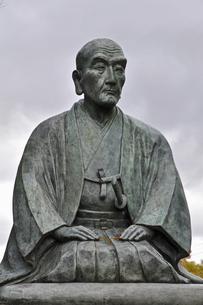 晩秋の米沢・上杉鷹山公の像の写真素材 [FYI04275178]