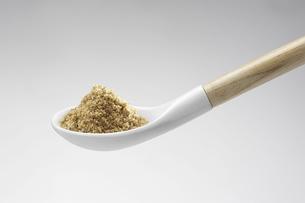 陶器製のスプーンに盛られた半擦りの金ごまの写真素材 [FYI04275253]