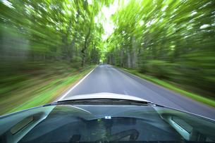 新緑の中を走るハイブリッドカーの写真素材 [FYI04275814]