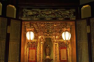 室内にある仏壇の写真素材 [FYI04276105]