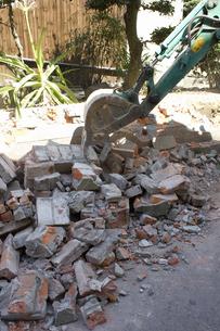 民家のレンガ塀の解体工事の写真素材 [FYI04276197]