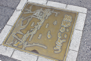道路に埋め込まれた熊野街道の道案内図の写真素材 [FYI04276198]