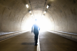 トンネルを歩くビジネスマンの写真素材 [FYI04276461]