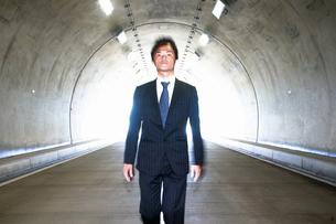 トンネルを歩くビジネスマンの写真素材 [FYI04276467]