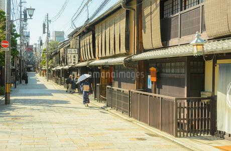 京都祇園 新橋通りの町並みの写真素材 [FYI04276905]