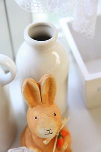 陶器のウサギとミルク瓶の写真素材 [FYI04277231]