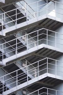 鉄骨製のビルの非常階段の写真素材 [FYI04277281]