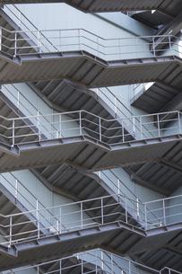 鉄骨製のビルの非常階段の写真素材 [FYI04277286]