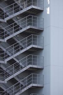 鉄骨製のビルの非常階段の写真素材 [FYI04277287]