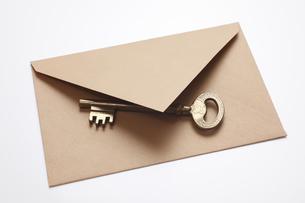 真ちゅうのクラシックキーと封筒の写真素材 [FYI04277352]