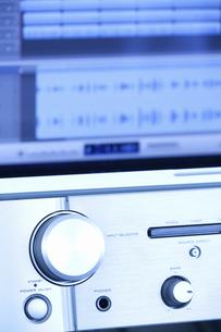 パソコンによる作曲とデジタル音源の写真素材 [FYI04277419]