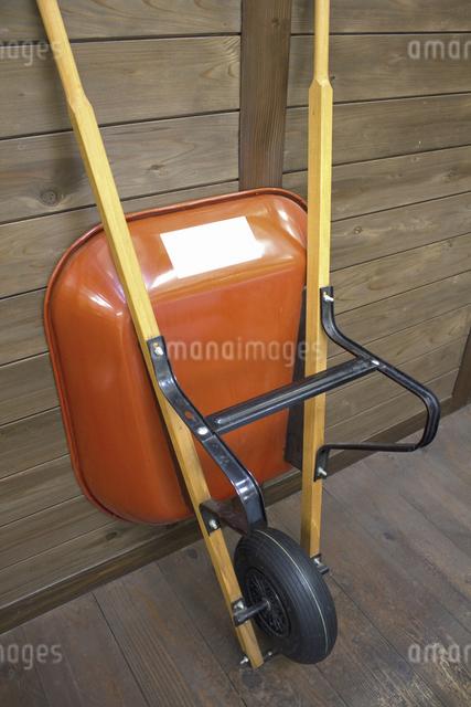 ガーデニング用の土を運ぶ一輪車の写真素材 [FYI04277479]
