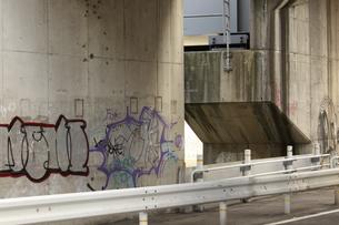 橋の橋脚の落書きの写真素材 [FYI04277582]