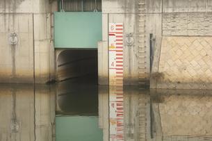 川の堤防の壁面の落書きの写真素材 [FYI04277583]