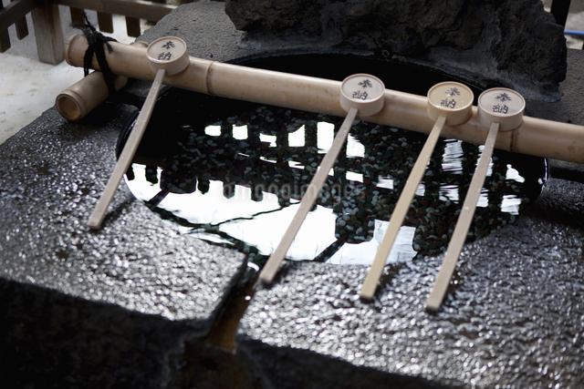 三囲神社にあるつくばいのイラスト素材 [FYI04279099]