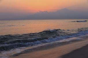 弓ケ浜から大山を望む日の出のイラスト素材 [FYI04279518]