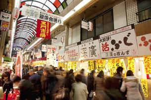 年末で賑わう大阪黒門市場のイラスト素材 [FYI04279637]