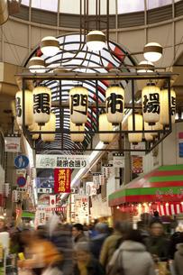 年末で賑わう大阪黒門市場のイラスト素材 [FYI04279639]