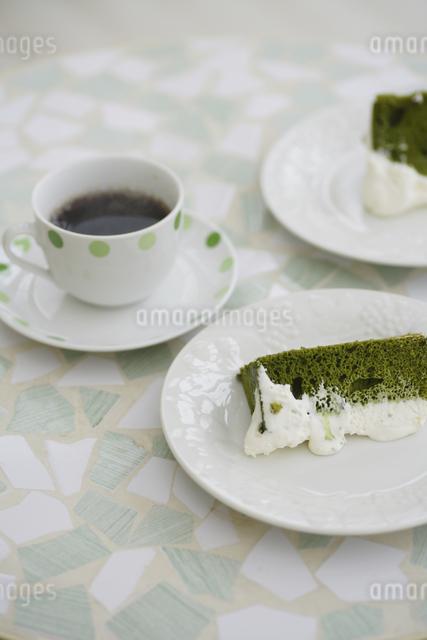 抹茶のシフォンケーキとコーヒーの写真素材 [FYI04280191]