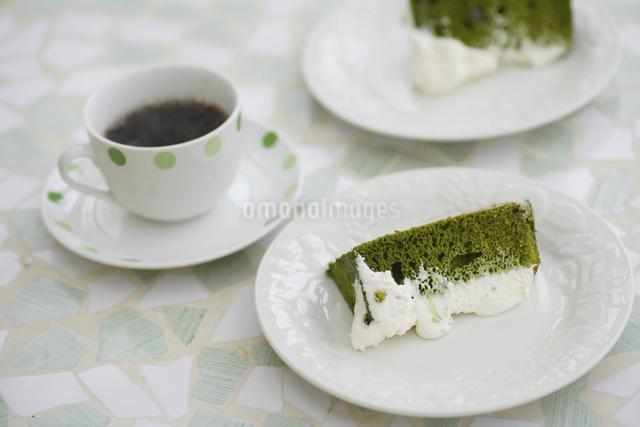 抹茶のシフォンケーキとコーヒーの写真素材 [FYI04280192]