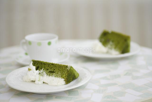抹茶のシフォンケーキとコーヒーの写真素材 [FYI04280196]