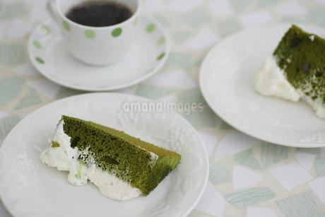 抹茶のシフォンケーキとコーヒーの写真素材 [FYI04280197]