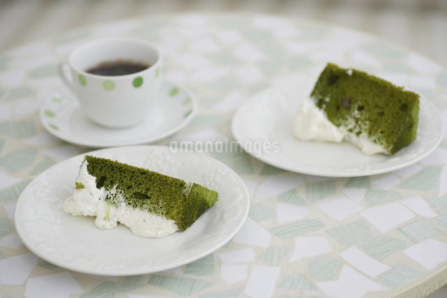 抹茶のシフォンケーキとコーヒーの写真素材 [FYI04280201]
