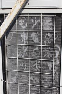 傷んだエアコン室外機のフィンのイラスト素材 [FYI04280296]