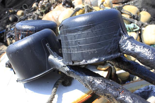 漁網の防汚剤が入ったドラム缶と柄杓の写真素材 [FYI04280493]