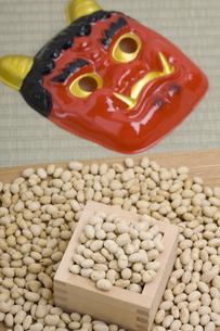 節分 赤鬼と炒り大豆の写真素材 [FYI04280733]
