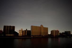 東北地方太平洋沖地震の影響で計画停電した街並みの写真素材 [FYI04280765]