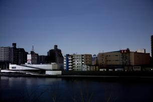 東北地方太平洋沖地震の影響で計画停電した街並みの写真素材 [FYI04280766]