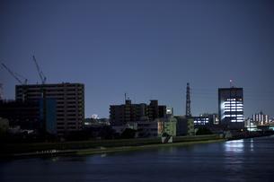 東北地方太平洋沖地震の影響で計画停電した街並みの写真素材 [FYI04280767]