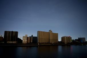 東北地方太平洋沖地震の影響で計画停電した街並みの写真素材 [FYI04280770]