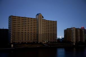 東北地方太平洋沖地震の影響で計画停電した街並みの写真素材 [FYI04280777]