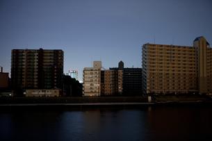 東北地方太平洋沖地震の影響で計画停電した街並みの写真素材 [FYI04280779]