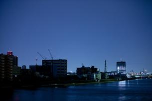 東北地方太平洋沖地震の影響で計画停電した街並みの写真素材 [FYI04280780]