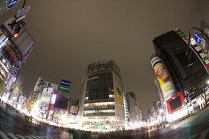 節電でネオンが消えた渋谷の写真素材 [FYI04280835]