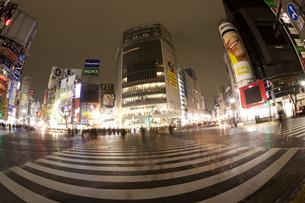 節電でネオンが消えた渋谷の写真素材 [FYI04280854]