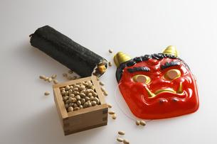 鬼の面と升に入った豆と巻寿司の写真素材 [FYI04280855]